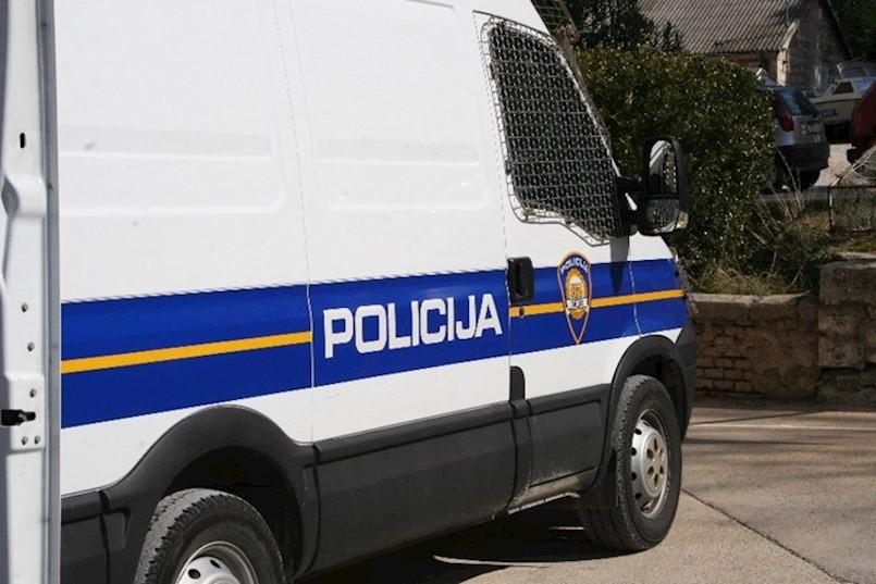 Prijetio, razbijao i udario policijskog službenika