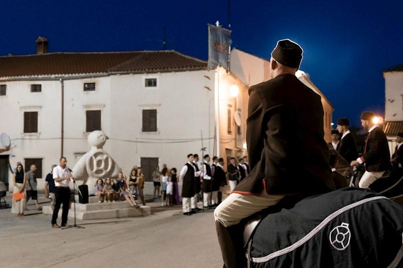 """Svečanim podizanjem zastave otvorena je 46. Trka na prstenac u Barbanu: Otvorenje skupne izložbe """"Susret s prošlošću"""""""