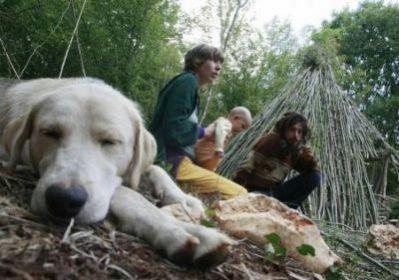 Obitelj s malom bebom u Istri živi u šumi pod vedrim nebom
