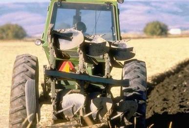 Čistite blato s traktora i radnih strojeve prije izlaska na cestu u protivnom slijedi kazna
