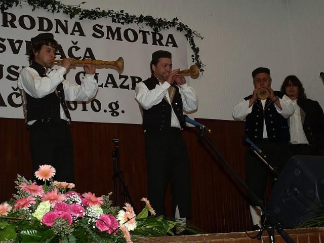 Sopci i kantadori KUD Zlatela iz Kršana nastupili na 9. Međunarodnoj smotri tradicijskih glazbala u Ilači kraj Vinkovaca