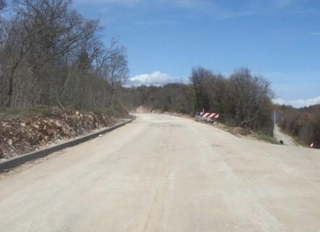 U tijeku polaganje prvog asfaltnog sloja na cesti Labin-Dubrova