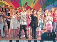 Robin Vidak i Nicol Dmitrović osvojile nagradu za scenski nastup na 13. županijskom dječjem festivalu Mali veliki mikrofon