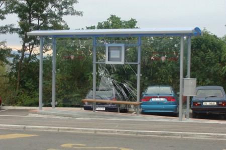 Vandalizam nad našom zajedničkom imovinom - uništena autobusna stanica