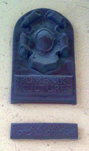 Kolumna: Labinska starogradska jezgra spomenik kulture s klima uređajima, pvc stolarijom....
