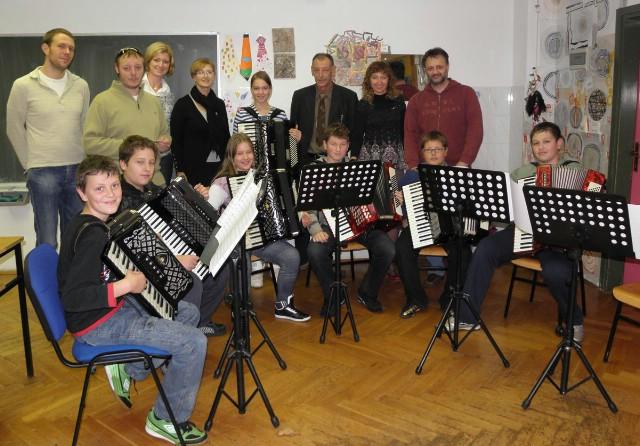 Općina Kršan poklonila je novu harmoniku Područnom odjelu OGŠ Matka Brajše Rašana u Potpićnu