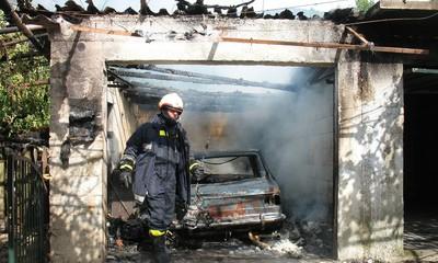 Požar u Raši zaprijetio i stambenim zgradama: Izgorjeli stojadin i garaža