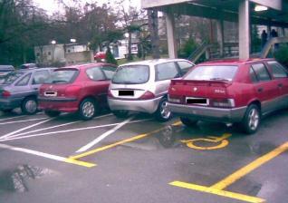Nepropisno parkiranje ispred labinskog Doma zdravlja