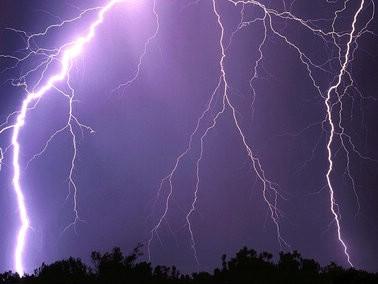 Zbog olujnog nevremena grane i kontejneri letjeli i u Labinu