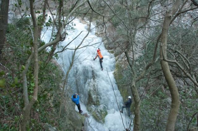 PD Skitaci okrenuli zimu u svoju korist - pogledajte kako izgleda penjanje po zaleđenom slapu na Trim stazi (Foto)