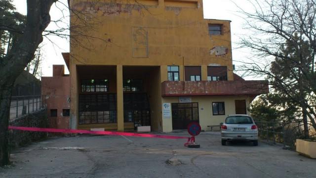 U Labinu bura otpuhala dio krova Pučkog otvorenog učilišta - mole se građani na oprez