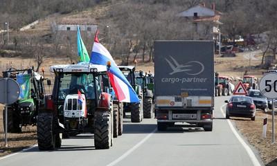 Zbog prosvjeda mljekara od 12 do 14 sati bila je zatvorena prometnica kod Katuna Boljunskog - za Labin preko Pazina