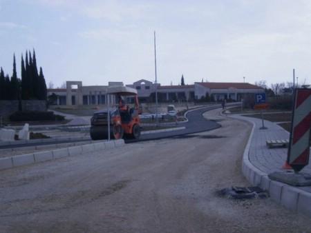U tijeku radovi na asfaltiranju raskrižja kod groblja