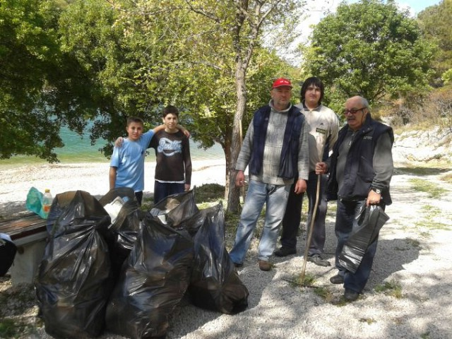 Članovi SRD Plomin povodom Dana planeta Zemlje očistili `Copacabanu`