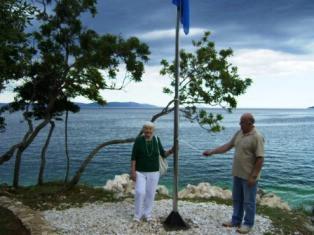 Podignuta Plava zastava na plaži Girandella u Rapcu
