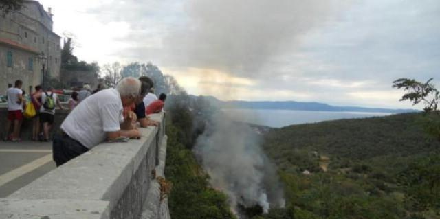 Labin: Požar podno zidina na vrijeme ugašen