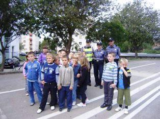 """Mališane oduševila policijska vozila koja su razgledali tijekom akcije """"Sigurno i vješto u prometu"""""""