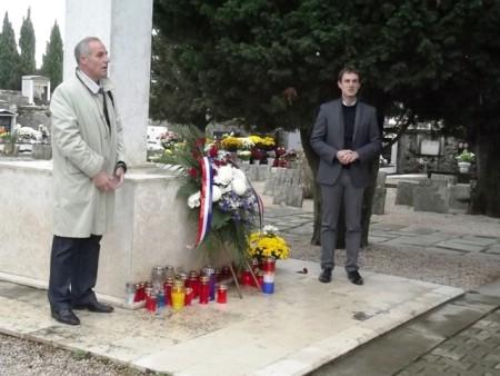 Položeno cvijeće na Centralni križ na Gradskom groblju Labin