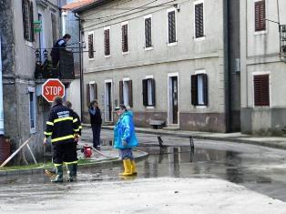 Vatrogasci i danas na terenu saniraju štete od jučerašnjih ekstremnih oborina