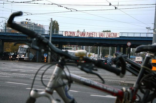 Osvanuli transparenti  na zagrebačkim nadvožnjacima:  `Plomin C: van pameti, van zakona ` i `Plomin C: KLIMATSKI KAOS`