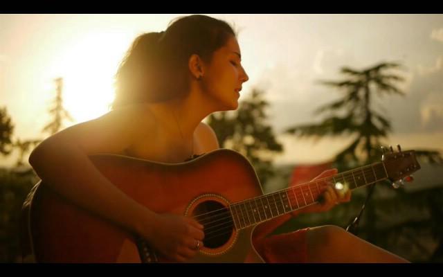 Novi videospot za singl `Krenimo s osmijehom` labinske kantautorice Dine Rizvić (VIDEO)