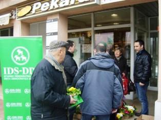 Mladi IDS-a žene darivali cvijećem