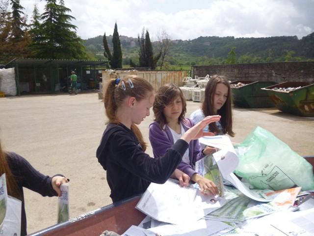"""Akcija prikupljanja starog papira u školi """"Ivo Lola Ribar"""""""