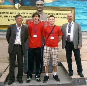 """Na """"Balkan junioru"""" u Istanbulu labinski srednjoškolci Mateo Tolić i Viktor Gruičić učenici osvojili 5. mjesto pod vodstvom mentora Livija Kravanje i Elvisa Miletića"""