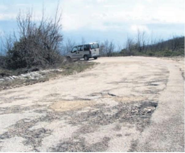 Dotrajaloj lokalnoj cesti od Brovinja do Skitače prjeti urušavanje:  Prometnica u raspadu, a promet sve gušći