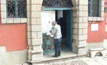 Novi sloj boje na barokna vrata