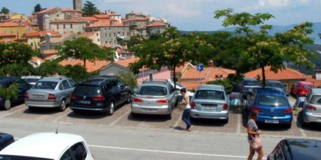 Od nedjelje bez parkiranja na Titovom trgu u labinskom Starom gradu, ali i naplata parkiranja na Rialtu