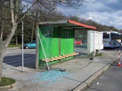 Demolirano autobusno stajalište na Katurama