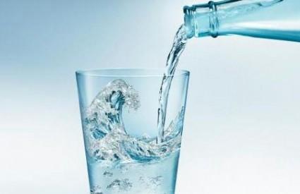 Mladen Bastijanić sazva tiskovnu konferenciju kod kružnog toka prema Koromačnu / Tema: Povećanje cijene vode 1 kunu po m3 utrošene vode