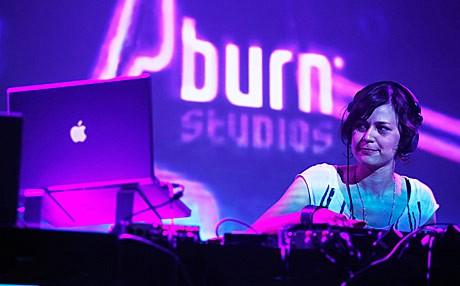 DJ Miss Soulfly na božićnom partyu u Lamparni