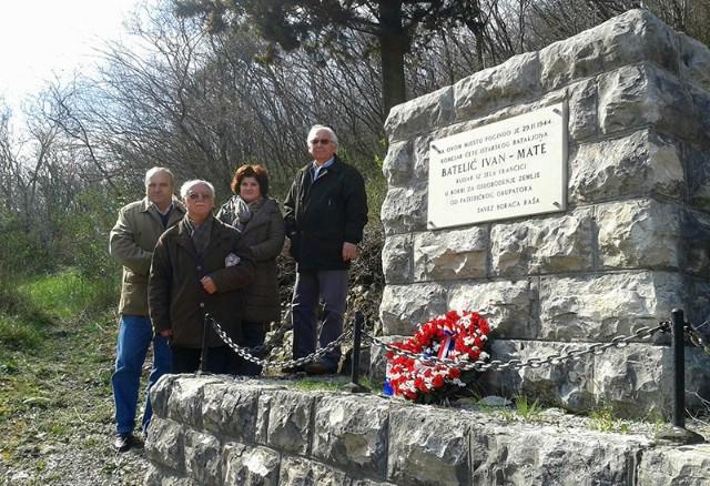 Položeni vijenci na spomen ploču narodnog heroja Ivana Mate Batelića