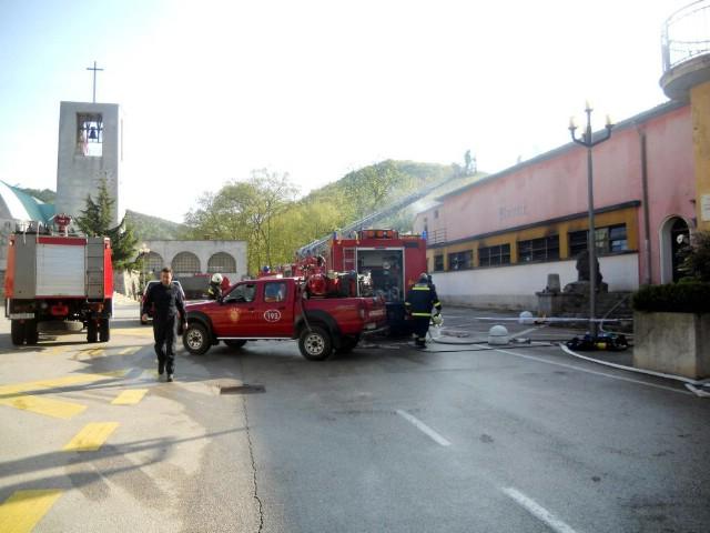 Požar progutao dvoranu bivšeg kina u Raši