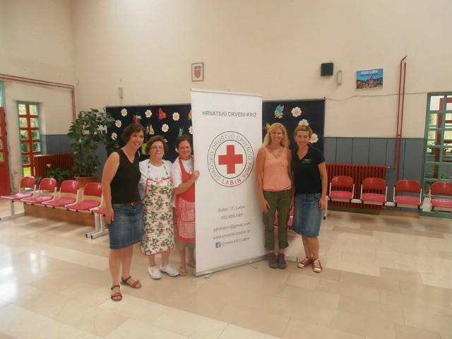 Na akciji darivanja krvi u Labinu prikupljeno 56 doza krvi - na akciji volontirala i mlada amerikanka Tracey Carisch