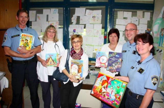 Labinski policajci darivali knjige pedijatrijskoj ambulanti Doma zdravlja