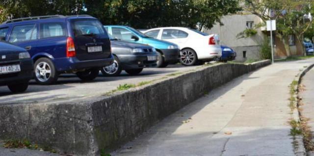 Parkiraš auto i ups! Ode branik