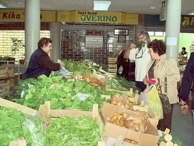 Dobra ponuda voća i povrća na labinskoj tržnici