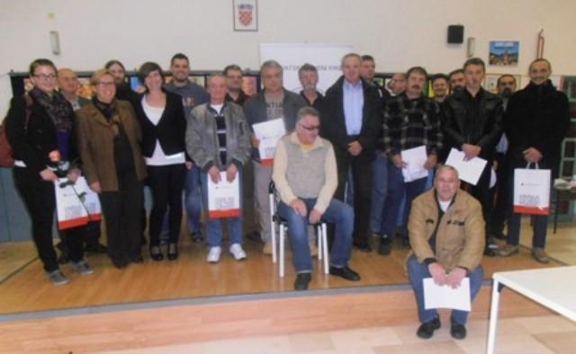 Crveni križ Labin dodijelio priznanja jubilarnim darivateljima krvi - Jakovu Knapiću zahvala za 100-to darivanje krvi