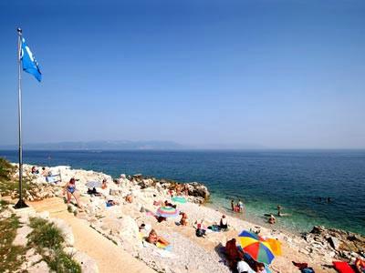 Plave zastave u Rapcu na plažama Maslinica, Lanterna, St. Andrea i Girandella