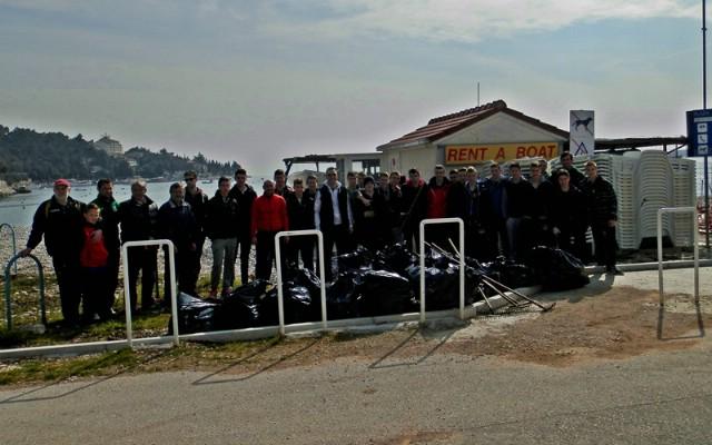 Nogometaši NK Rudari čistili veliku plažu u Rapcu