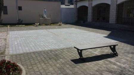 Postava tlakavaca ispred Crkve Gospe Fatimske