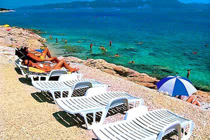 Ležaljke zakrčuju rabačke plaže
