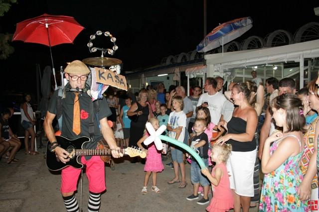 Mnoštvo posjetitelja na Noći uličnih zabavljača i svirača