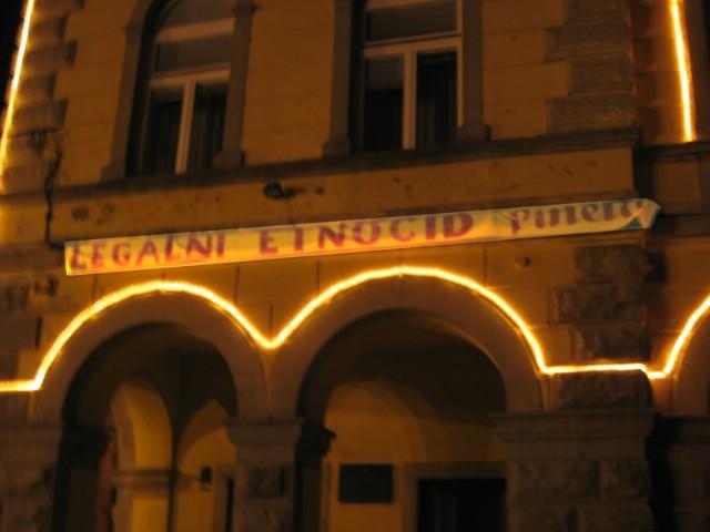 """Akcija ekološke udruge Pineta: transparent """"Legalni etnocid"""" na zgradi Općine u Labinu"""