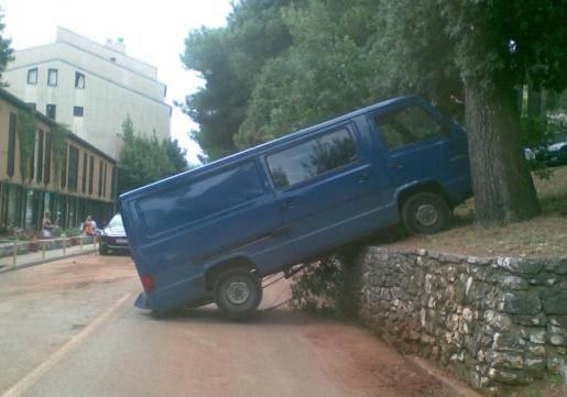 Vozač skliznuo kombijem  niz padinu sa parkirališta