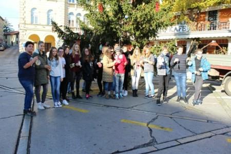 Učenici osnovnih škola okitili bor u Starom gradu