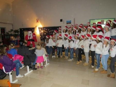 Djed Mraz podijelio poklon paketiće labinskim mališanima